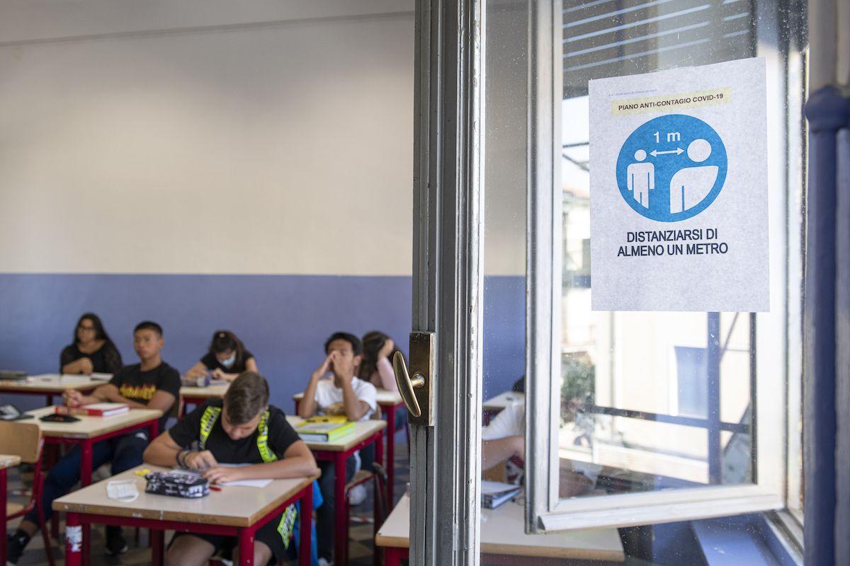 aula scolastica studenti covid-19 coronavirus distanziamento