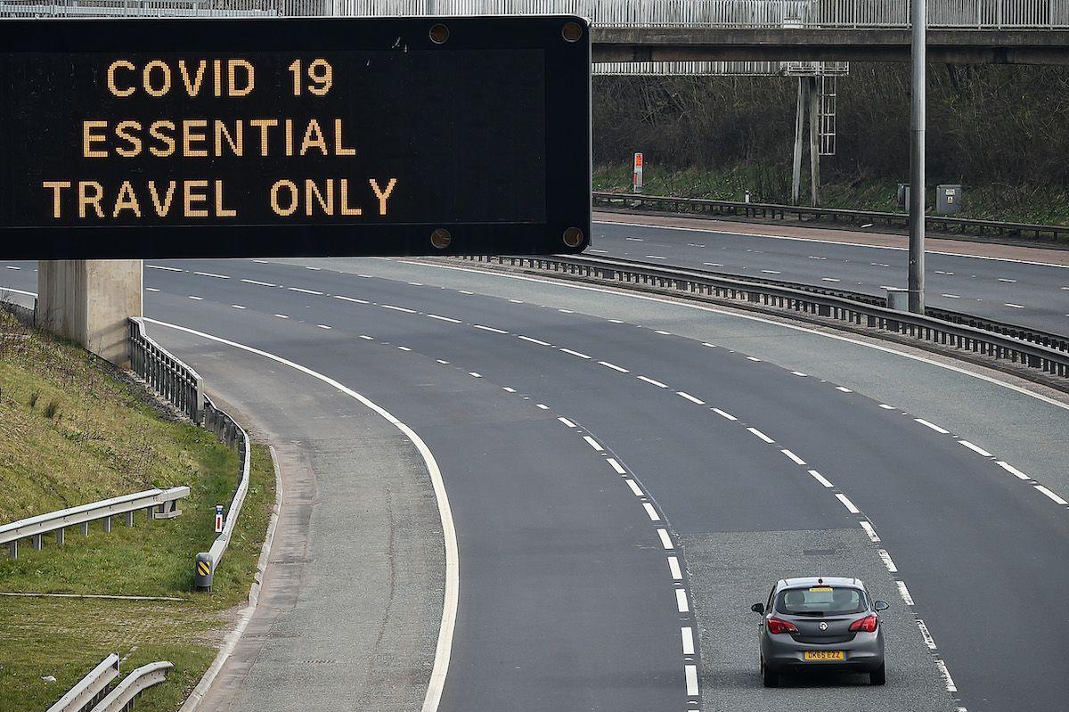 covid-19 blocco spostamenti autostrada cartellone