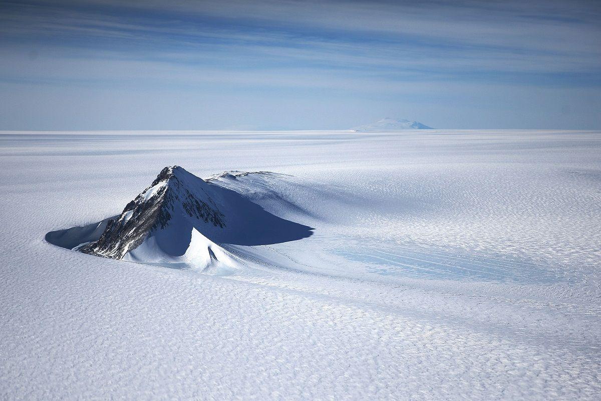Una sezione della calotta glaciale dell'Antartide occidentale con le montagne è vista da una finestra di un aereo della NASA Operation IceBridge il 28 ottobre 2016 in volo sopra l'Antartide.