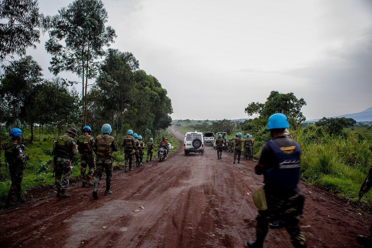 Le forze di pace delle Nazioni Unite si fanno da parte mentre le ambulanze trasportano le vittime dal luogo in cui l'ambasciatore italiano Luca Attanasio è stato fatalmente attaccato quando il convoglio su cui viaggiava è stato attaccato il 22 febbraio 2021 vicino al villaggio di Kibumba, nella Repubblica Democratica del Congo. Sono stati uccisi anche un ufficiale di polizia militare italiano e un autista congolese del convoglio che viaggiava nei pressi di Goma nell'ambito di un'iniziativa del Programma alimentare mondiale delle Nazioni Unite.