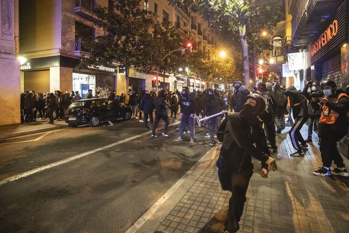 I rivoltosi lanciano pietre e bottiglie contro la polizia durante la protesta per la libertà di Pablo Hasel il 20 febbraio 2021 a Barcellona, Spagna. Per la quinta notte consecutiva sono scoppiati disordini nel centro di Barcellona dopo una manifestazione a favore della liberazione del rapper Pablo Hasel. Bidoni della spazzatura, mobili pubblici, uffici bancari e negozi sono stati bruciati e distrutti. Pablo Hasel è stato arrestato il 16 febbraio con l'accusa di glorificare il terrorismo e diffamare la corona e le istituzioni statali sui social media
