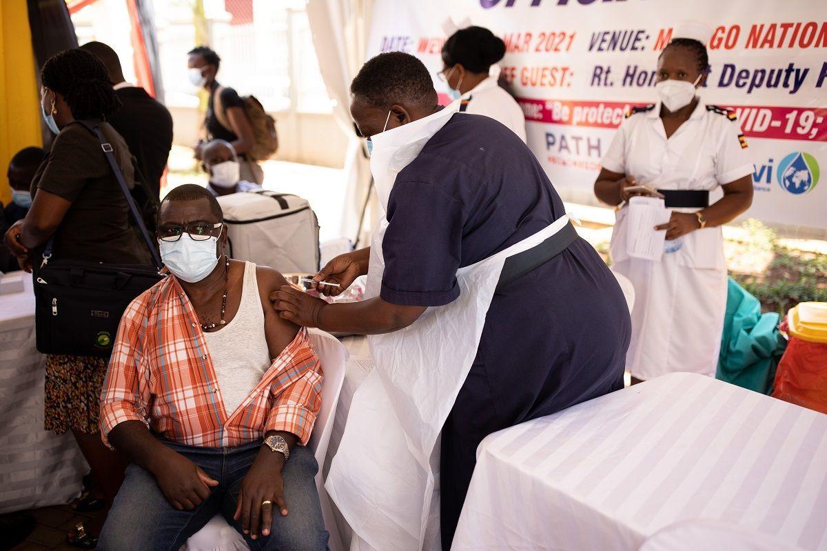 Un operatore sanitario viene vaccinato contro COVID-19 il 10 marzo 2021 a Kampala, in Uganda