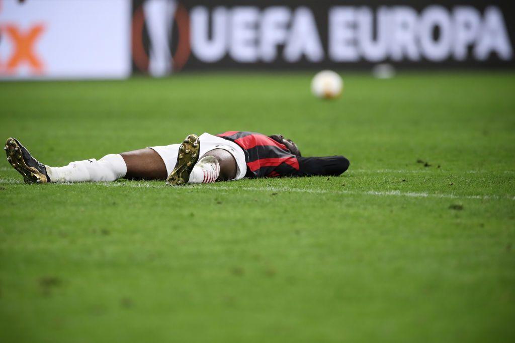 Fikayo Tomori steso a terra dopo l'eliminazione del Milan dall'Europa League