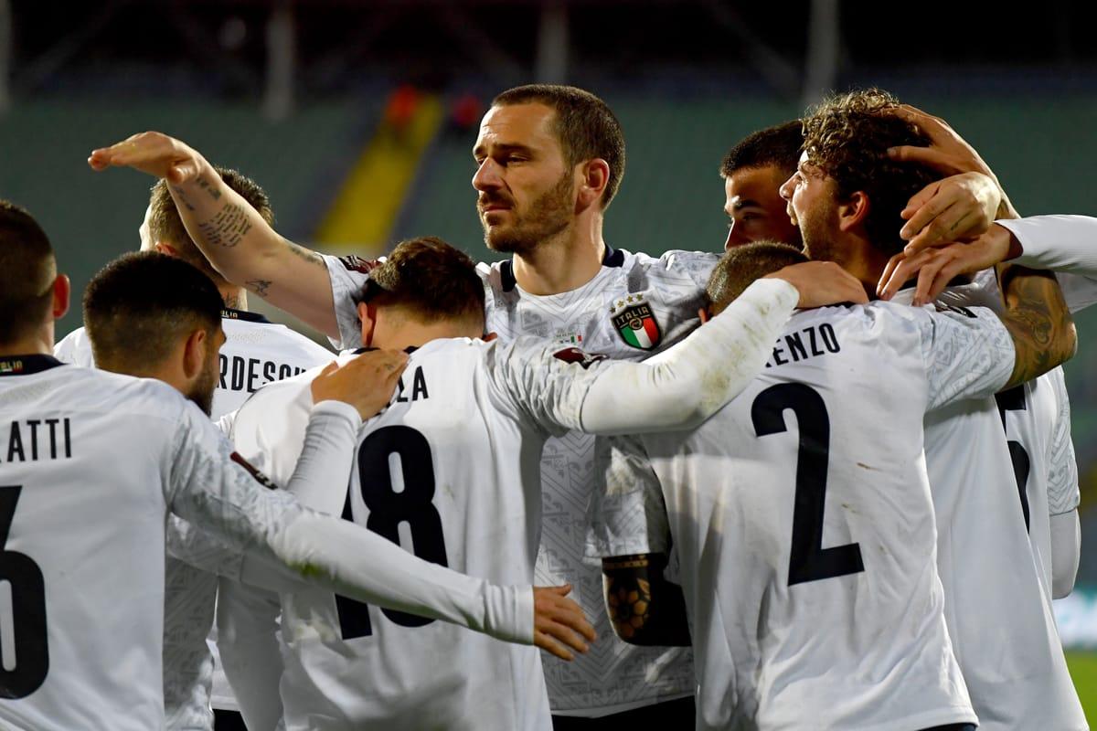 Abbraccio tra i giocatori della Nazionale Italiana dopo un goal contro la Bulgaria