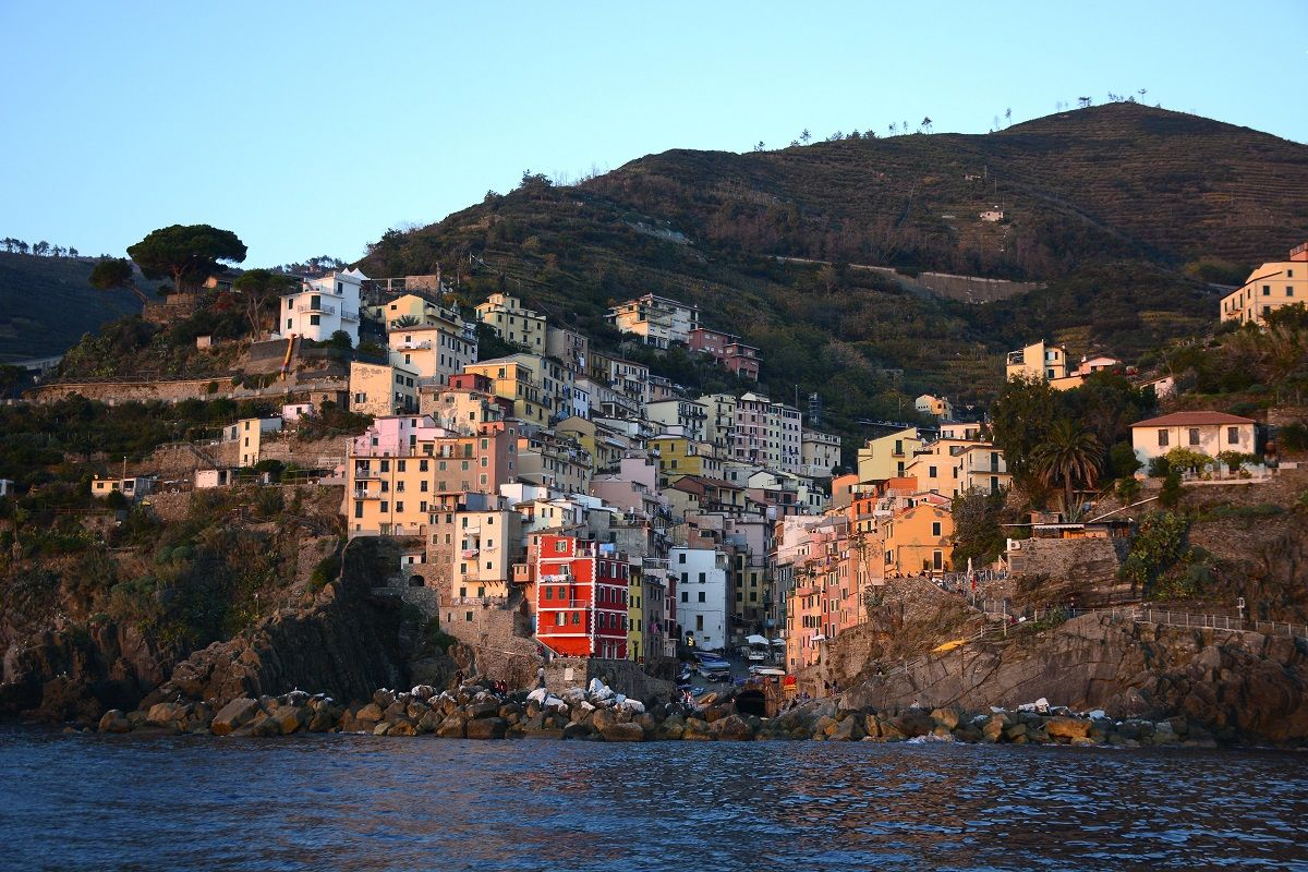 Liguria - Riomaggiore è uno dei cinque borghi che compongono la regione delle Cinque Terre frequentata dai turisti. La serie di villaggi secolari sulla costa frastagliata della Riviera italiana e le colline circostanti fanno tutti parte del Parco Nazionale delle Cinque Terre ed è un patrimonio mondiale dell'UNESCO
