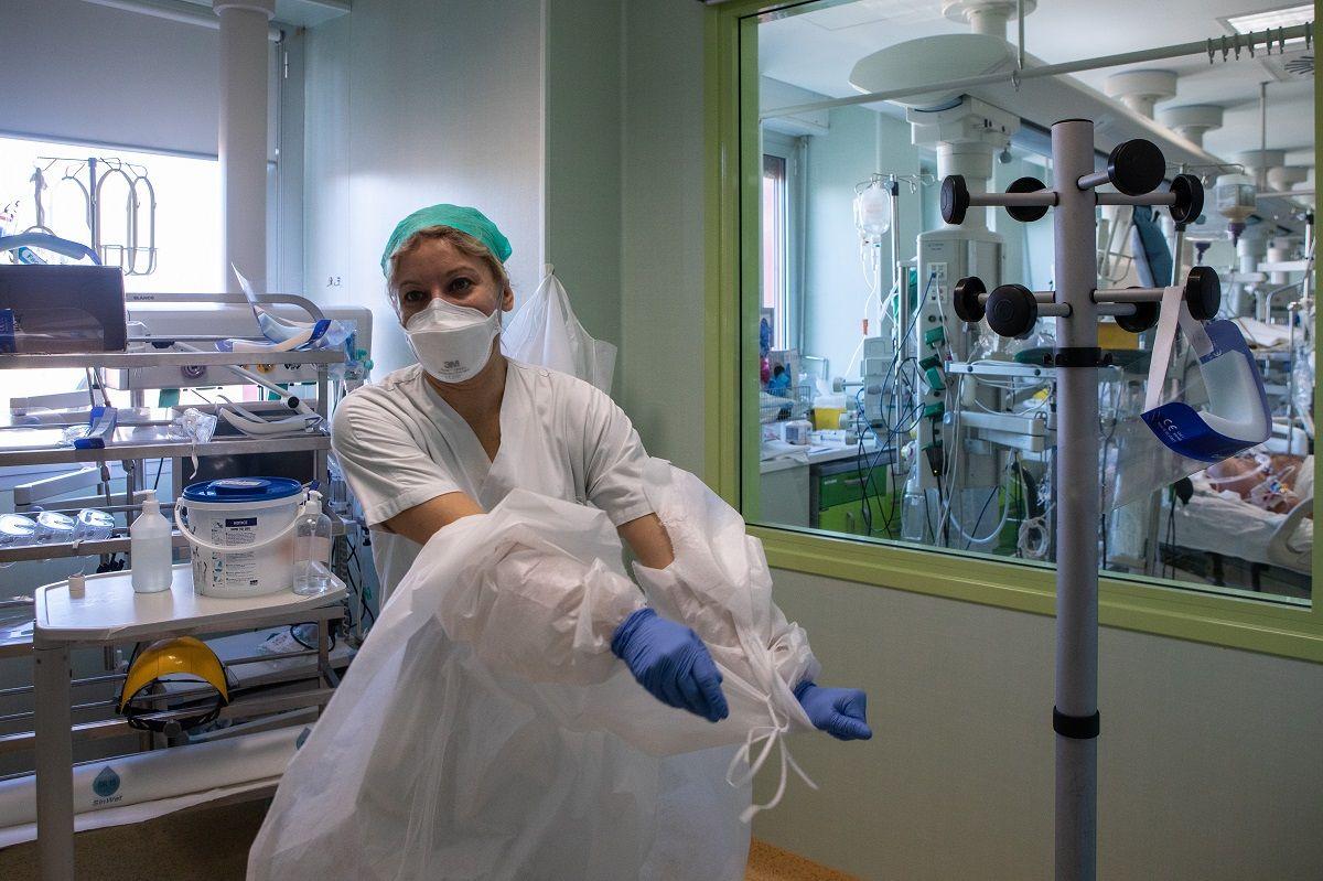 La dottoressa Annalisa Malara, si toglie la tuta protettiva all'Unità di Terapia Intensiva dell'Ospedale Maggiore di Lodi, durante una visita per vedere i suoi colleghi a un anno dalla prima diagnosi italiana di COVID-19 l'11 febbraio 2021 a Lodi, vicino a Milano, Italia