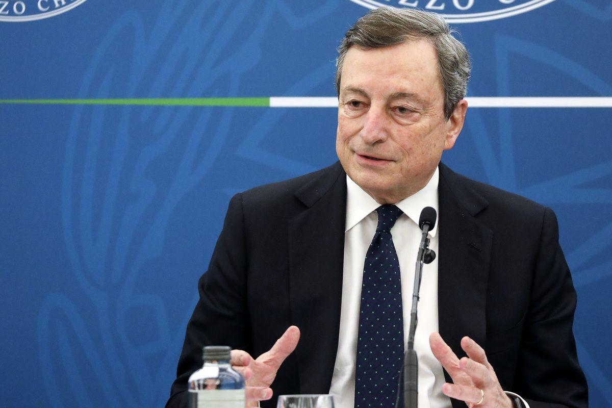 """Draghi: """"Il governo interverrà sugli operatori sanitari non vaccinati"""""""