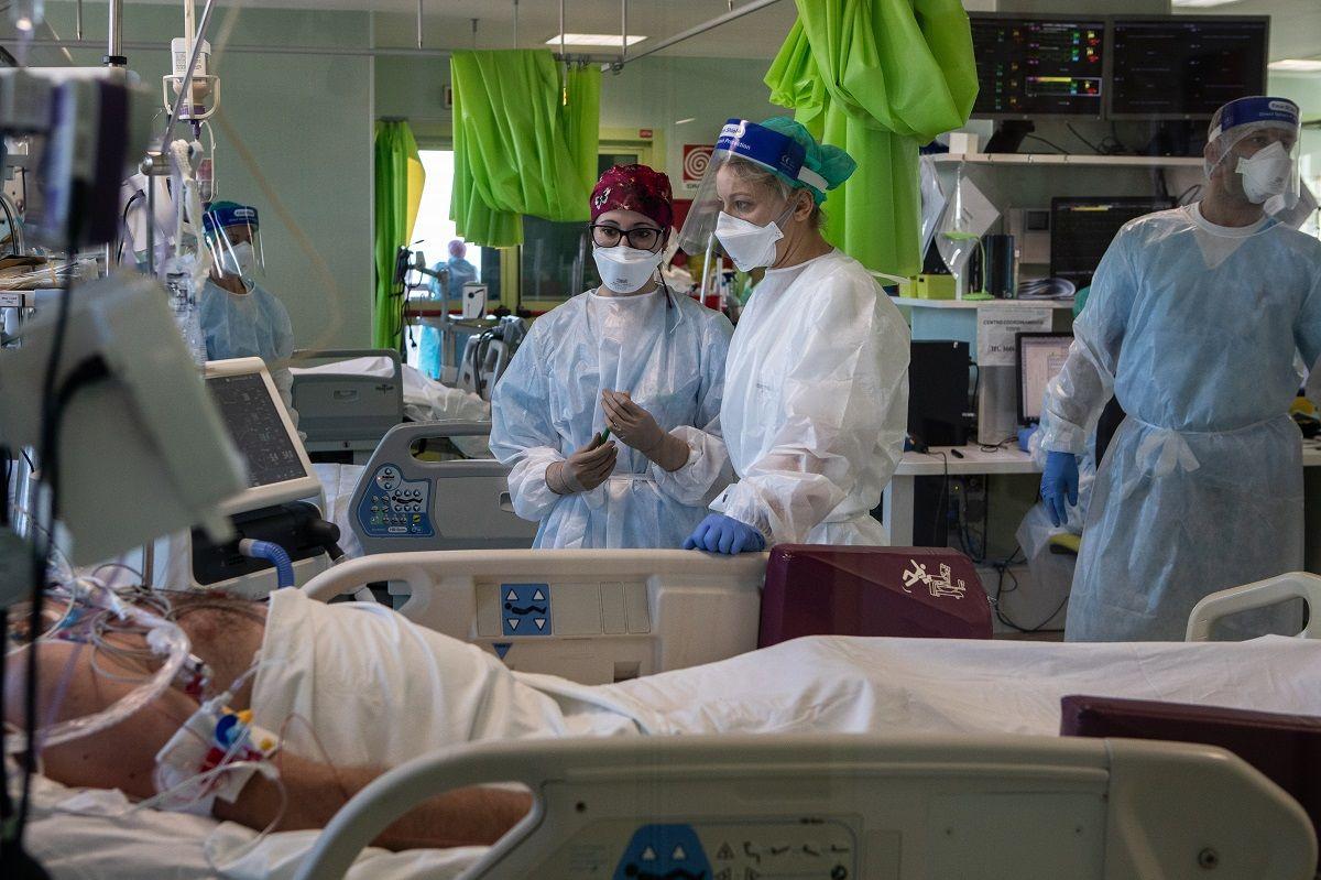 La Dott.ssa Annalisa Malara (R), in possesso di DPI (Dispositivi di Protezione Individuale), parla con la sua collega Dott.ssa Alessia Crespi mentre si trova accanto a una paziente dell'Unità di Terapia Intensiva COVID-19 dell'Ospedale Maggiore di Lodi, durante una visita per vederla colleghi a un anno dalla prima diagnosi italiana di COVID-19 l'11 febbraio 2021 a Lodi