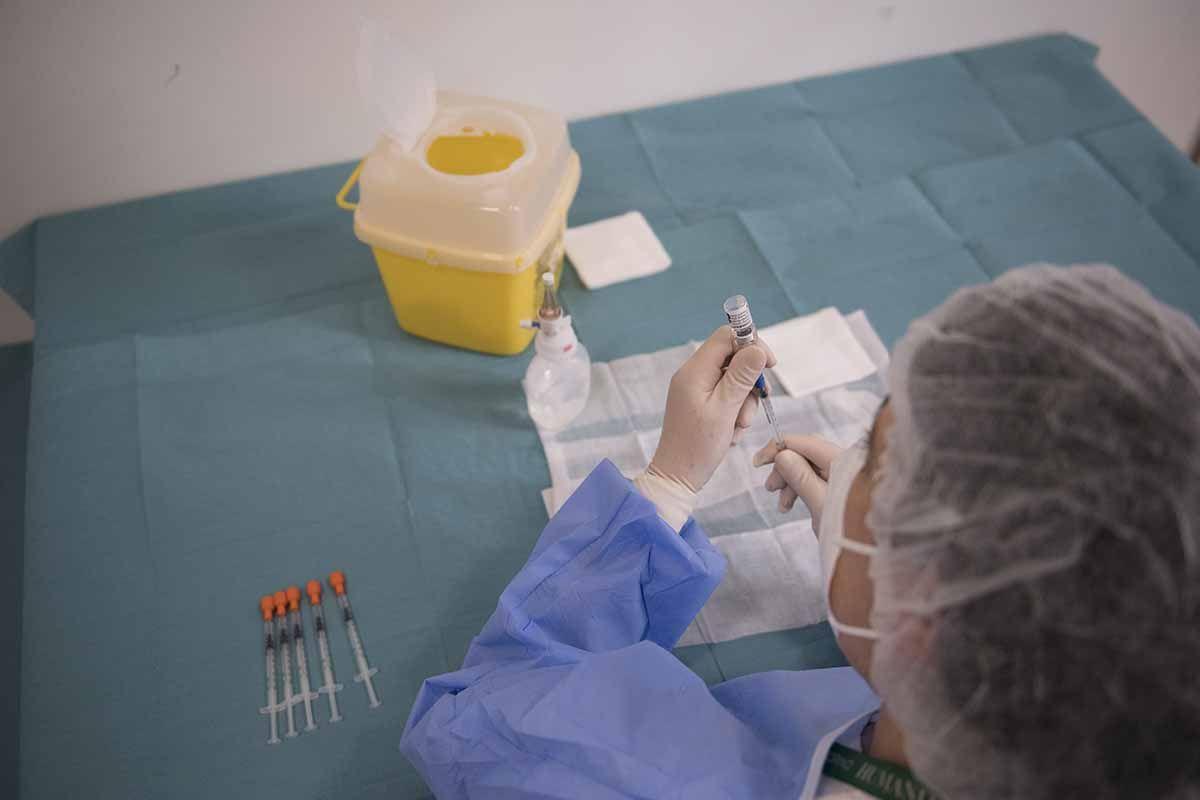 Vaccini, la somministrazione di AstraZeneca riparte da oggi alle 15