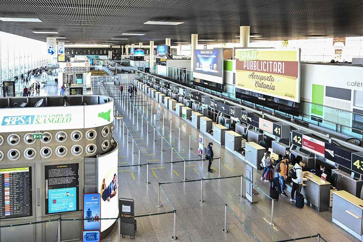 Viaggi all'estero, tamponi e quarantena di 5 giorni al rientro