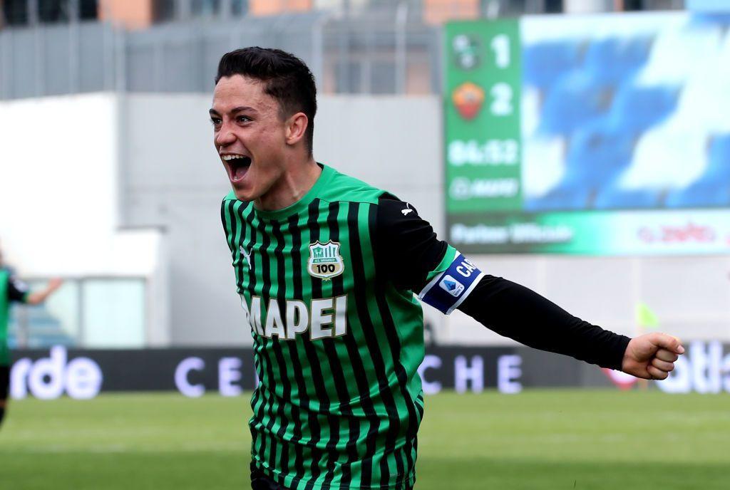 Giacomo Raspadori esulta dopo il suo goal in Sassuolo-Roma 2-2