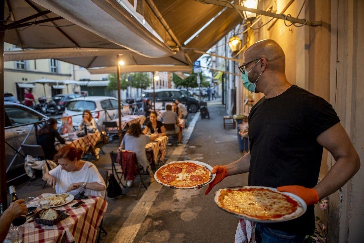 Covid, ristoranti: nessun limite all'aperto, massimo 6 persone al chiuso