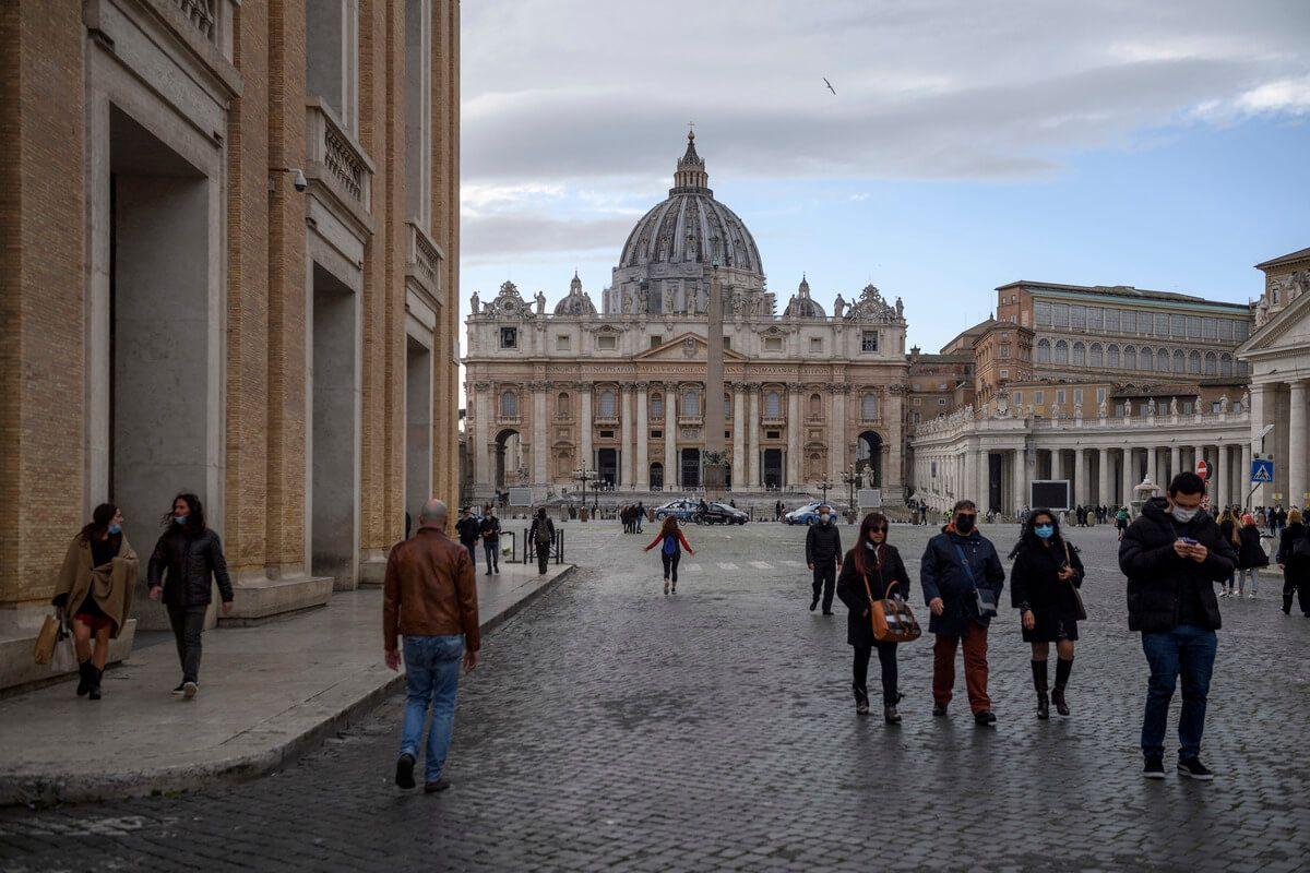 Persone camminano a Roma