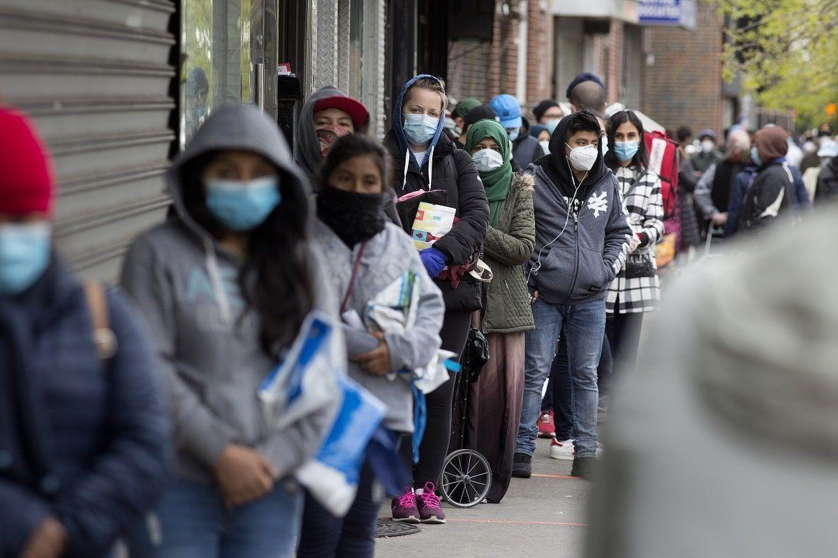 Persone in fila con mascherina