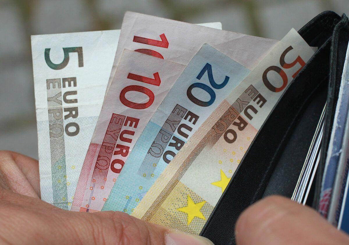 uomo conta soldi nel portafogli