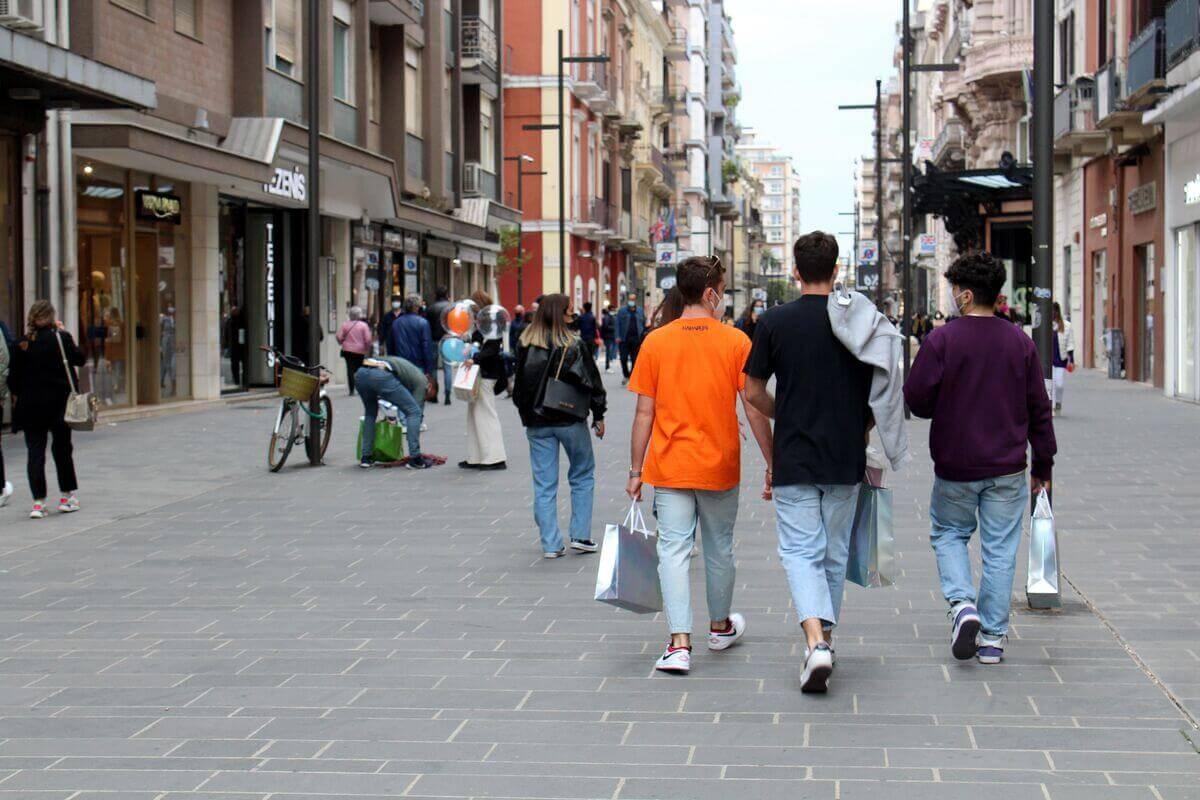 coronavirus bari gente che cammina