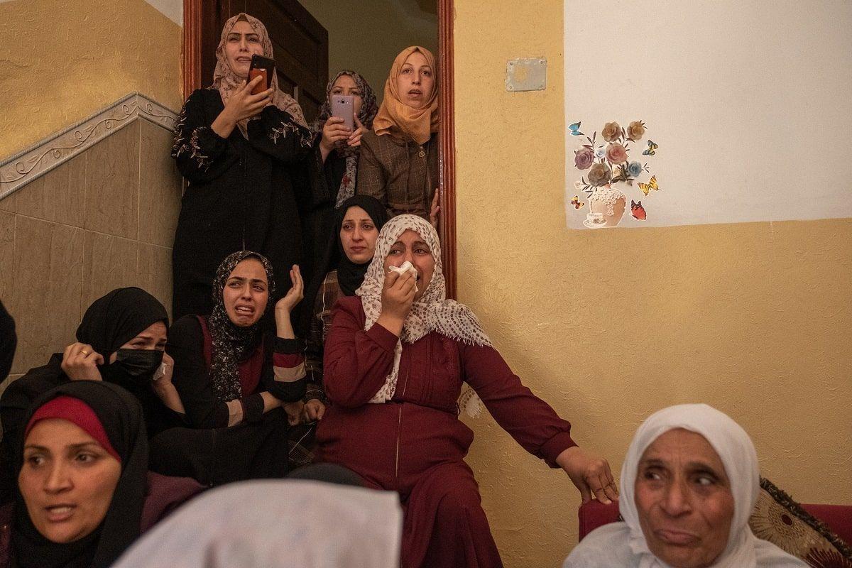 donne palestinesi piangono