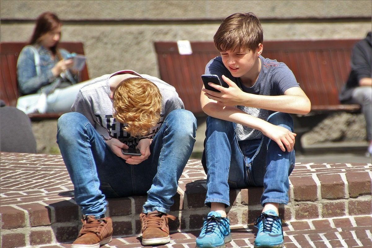 adolescenti con smartphone
