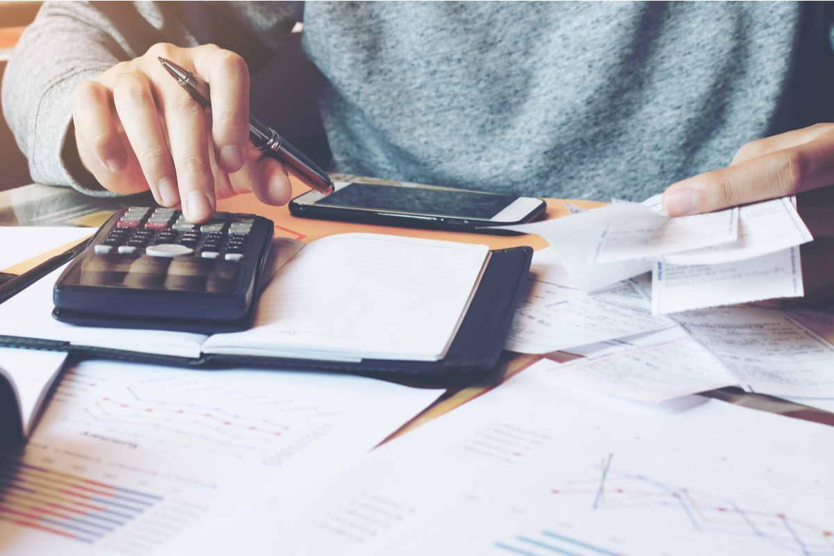 Persona calcola costi bollette