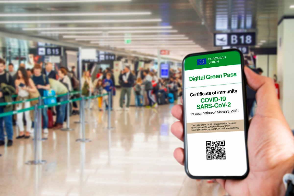 green pass mostrato in una stazione