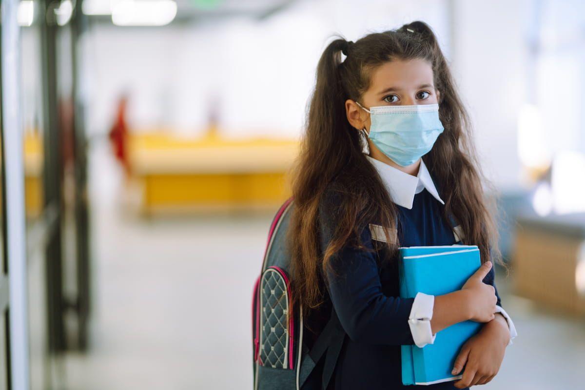 Bambina a scuola con mascherina