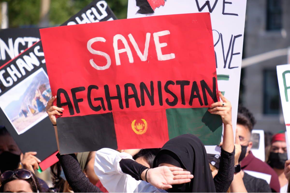 Cartelli di protesta contro talebani
