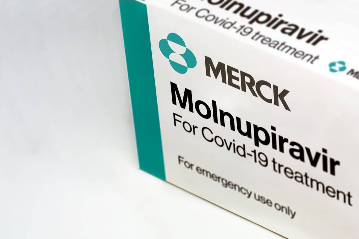 Foto di una scatola di Molnupiravir, il primo antivirale contro la COVID-19