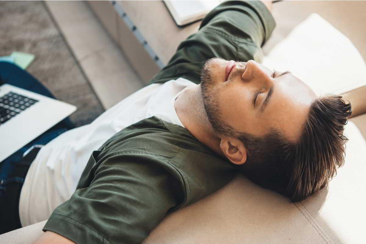 uomo stanco sul divano