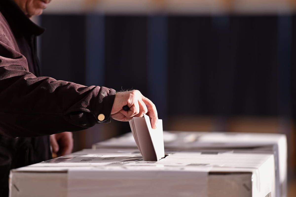 Persona vota al seggio elettorale