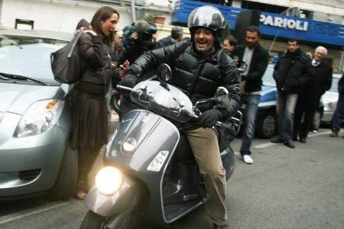 Fiorello, incidente in scooter: lo showman dimesso dall'ospedale