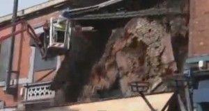 Toglie il mattone sbagliato e crolla l'edificio