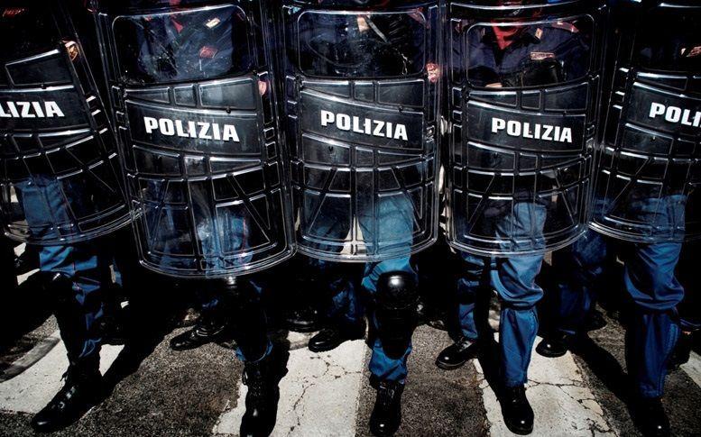 Scontri a Roma, il poliziotto cretino si costituisce: