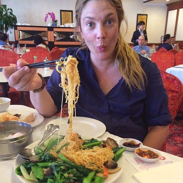 Drew Barrymore mangia spaghetti al ristorante cinese