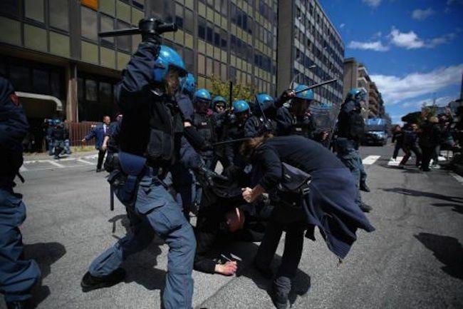 Poliziotti violenti: un altro caso a Roma