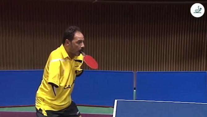 Il campione del ping pong senza braccia, con la racchetta tra i denti