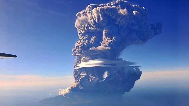 Indonesia, l'eruzione del vulcano Sangeang Api manda in tilt il traffico aereo in Australia