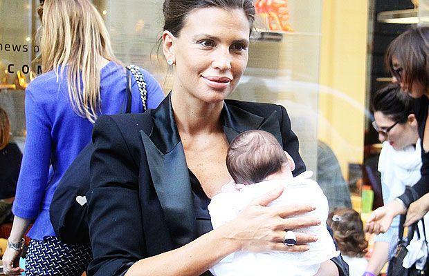 Claudia Galanti e la figlia Indila Carolina Sky: prima uscita in città