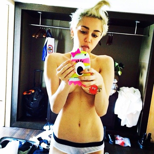 Miley Cyrus, selfie topless su Instagram: la nuova provocazione