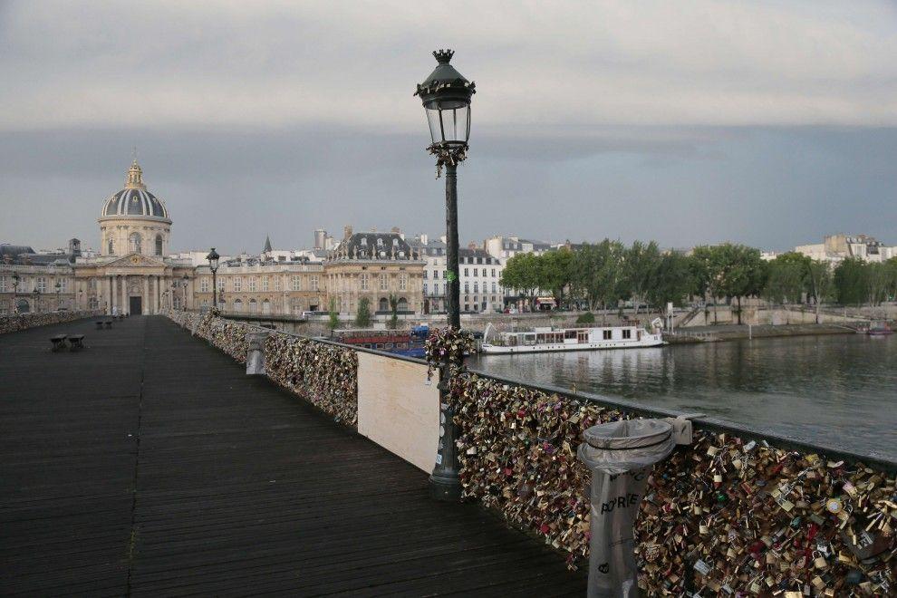 Crollo al Pont des Arts a Parigi: i lucchetti dell'amore fanno cedere due griglie