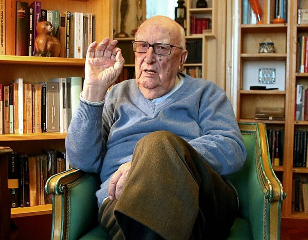 Il clochard con la passione per Camilleri: lo scrittore gli regala i suoi libri