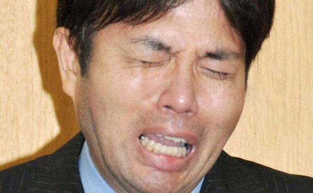 Il politico giapponese piange e si scusa in tv