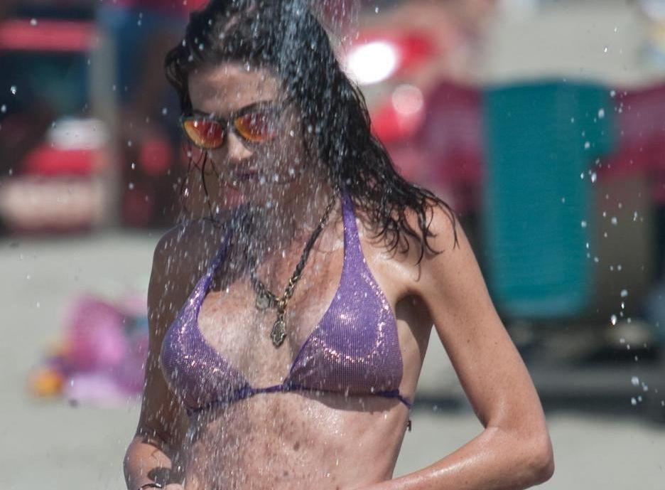 Federica Torti in bikini: doccia da urlo a Forte dei Marmi