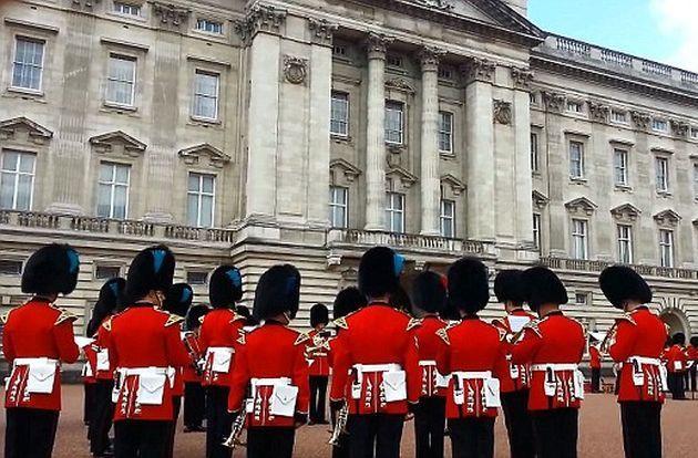Game of Thrones: le guardie della regina Elisabetta suonano la colonna sonora