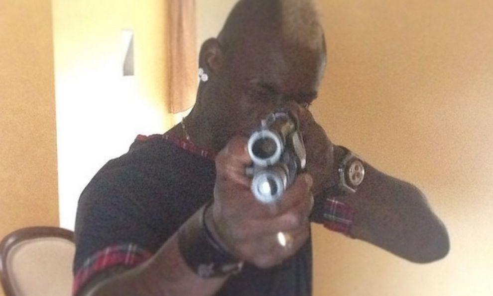 Mario Balotelli, Instagram: la foto col fucile fa polemica