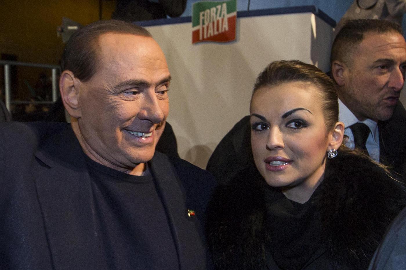 Silvio Berlusconi e Francesca Pascale sono in crisi? Lei rifiuta il braccio