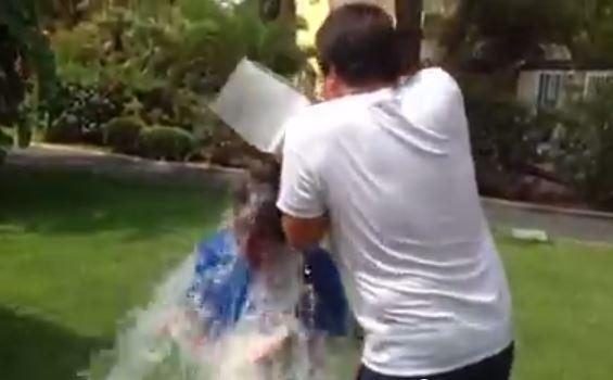 Ice Bucket Challenge, Fiorello sfida Matteo Renzi nella beneficenza pro Sla
