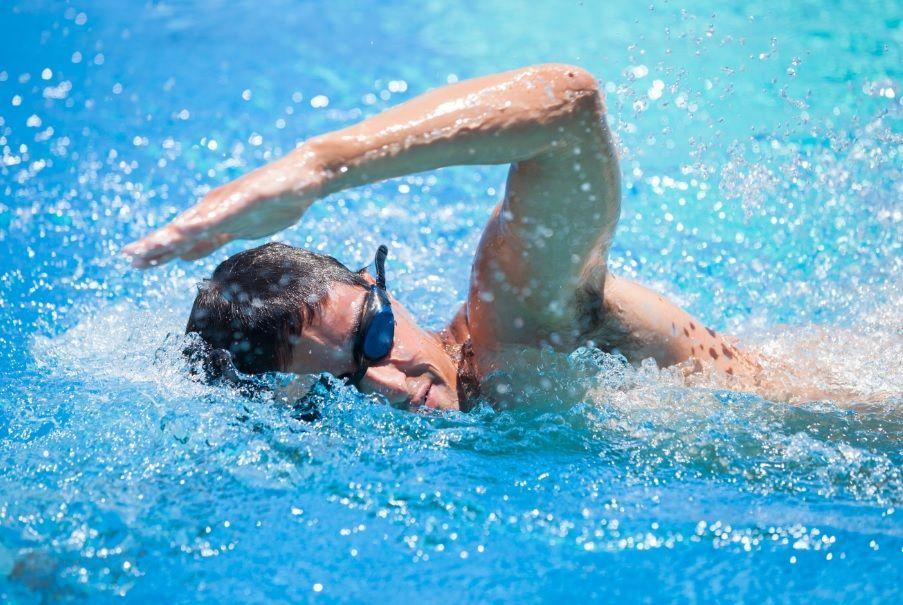 Nuotare fa dimagrire? Gli esercizi per perdere peso