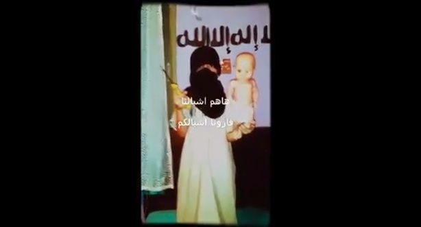 Bambini terroristi per l'Isis: i jihadisti sgozzano già a 10 anni