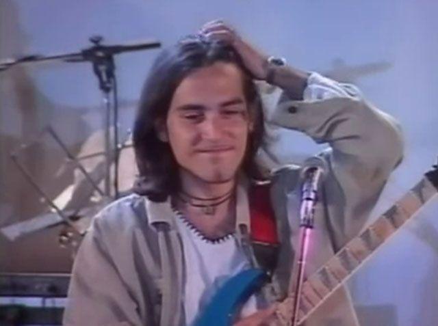 Giuliano Sangiorgi capelli lunghi