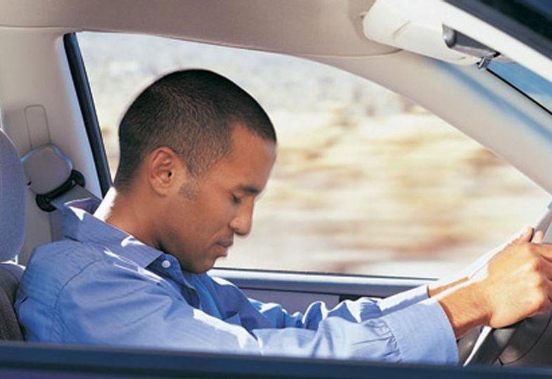 Come evitare colpi di sonno in auto: trucchi e consigli utili contro il pericolo alla guida